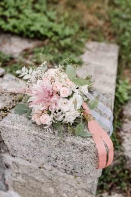 Brautstrauß Vintage mit Eukalyptus, Rosen, Dahlie natürlich von Ganz Unverblümt Straubing