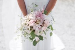 Brautstrauß im Vintage Stil von Hochzeitsfloristin Ganz Unverblümt bei einer Scheunenhochzeit auf dem Wildberghof Buchet