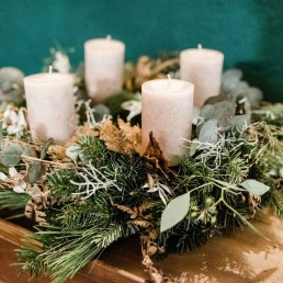 Selbstgebundener Adventskranz mit creme Kerzen und Eucalyptus bei Workshop von Ganz Unverblümt in Straubing
