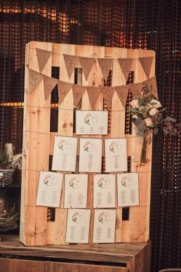 Individueller Sitzplan für Hochzeitsgäste mit natürlichem Blumenschmuck von Ganz Unverblümt Region Regensburg
