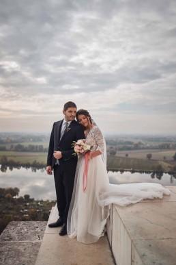 Verliebtes Brautpaar mit rundem Brautstrauß in Pastell von Ganz Unverblümt