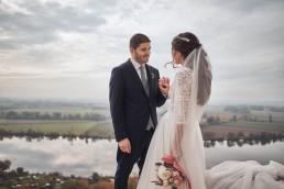 Zufriedenes Brautpaar mit Hochzeitsblumen von Meisterfloristin Franzi von Ganz Unverblümt Straubing