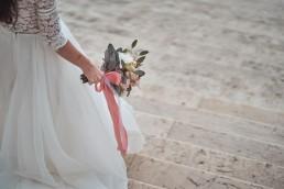 Braut mit pastellfarbenen Brautstrauß und passenden Bändern von Ganz Unverblümt Bayrischer Wald