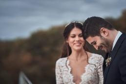 Lächelndes Brautpaar mit feinem natürlichen Anstecker von Ganz Unverblümt Straubing