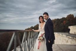 Brautpaar mit passendem Brautstrauß und Anstecker von Ganz Unverblümt Bayrischer Wald