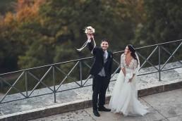 Strahlender Bräutigam mit rundem Brautstrauß von Ganz Unverblümt Bayrischer Wald