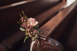 Rose als Kirchenbankdekoration für Hochzeit in Straubing von Ganz Unverblümt