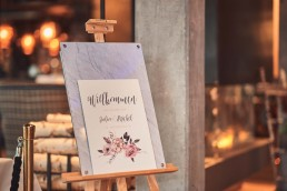 Willkommensschild im Vintage-Stil auf Hochzeit im Toni´s Straubing