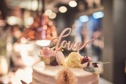 Hochzeitstorte mit Blumen in Pastelltönen von Ganz Unverblümt Straubing