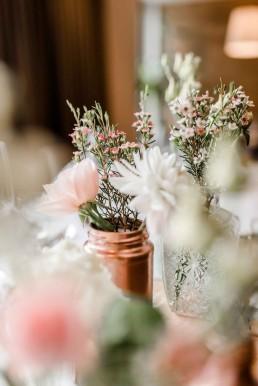 Kupfer Gläser und Kristallvasen mit natürlichen Blumen von Meisterfloristin Ganz Unverblümt Straubing