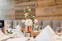Vintage-Tischdeko mit pastellfarbenen Blumen und kupfer Elementen von Ganz Unverblümt Bayerischer Wald