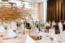 Kristallvasen mit Eucalyptus und Rosen auf kirchlicher Hochzeit im Toni´s in Straubing