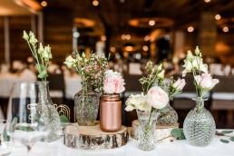 Rosa Blumen und Kristallvasen als Tischdeko auf Hochzeit im Toni´s Straubing