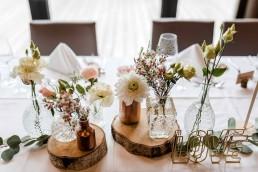 Romantische Tischdeko mit Baumscheiben, Kristallvasen und pastellfarbenen Blumen von Ganz Unverblümt Straubing