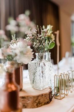 Kristallvasen und Baumscheiben mit Blumen von Ganz Unverblümt Niederbayern