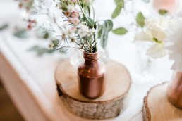 Romantischer Tischschmuck mit kupferfarbenen Vasen von Ganz Unverblümt Straubing