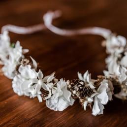 Haarkranz in Creme-Weiß aus zarten Trockenblumen von Floristin Franzi Deggendorf