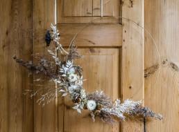 Natürlicher Wandkranz auf Metallring mit Trockenblumen von Hochzeitsfloristin Franzi Bayrischer Wald