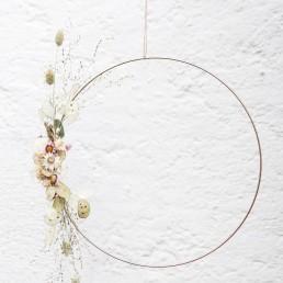 Dekorativer Metallring einseitig gebunden mit Trockenblumen als Geschenkidee von Ganz Unverblümt Straubing Deggendorf