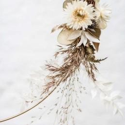 Trockenblumen und Zapfen auf Metallring gebunden von Ganz Unverblümt Straubing