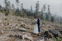 Fotoshooting im Bayrischen Wald Hochzeitsstrauß harmoisch indivuduell zum Brautpaar von Ganz Unverblümt