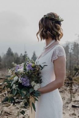 Brautstrauß modern in Rosé und Violett mit Sukkulenten und goldenen Akzenten von Ganz Unverblümt Florist Steinach