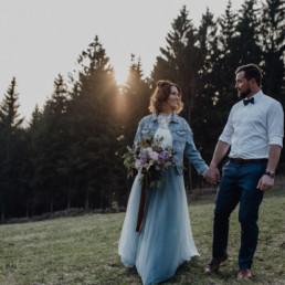 Hand ind Hand mit individuellem Brautstrauß von Ganz Unverblümt Bayrischer Wald