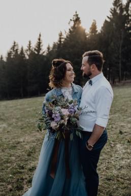 Stimmungsvolles Foto Brautpaar mit Blumenschmuck von Meisterfloristin Franzi Straubing