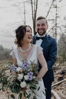 Glückliches Brautpaar mit exklusiven Brautstrauß in Rosé und Violett von Ganz Unverblümt Straubing