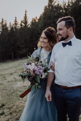 Junges Brautpaar mit stylischem Brautstrauß in Mint, Violett, Rosé von Ganz Unverblümt Franzi Bayrischer Wald