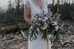 Brautstrauß mal etwas größer und ausladender mit ausgewählten Materialien wie Eukalyptus und goldenen Farn von Ganz Unverblümt Straubing