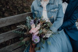 Trendiger XL- Brautstrauß mit rosé und violetten Blüten von Ganz Unverblümt Region Regensburg