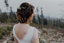 Individueller Haarschmuck passend zum Brautstrauß mit Eukalyptus von Hochzeitsfloristin Franzi Steinach