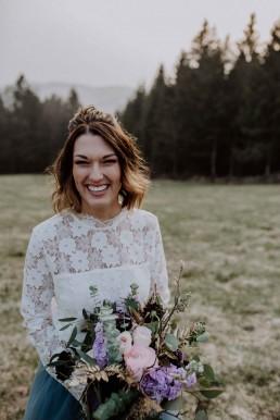 Großer Hochzeitsstrauß in Rosé und Violettönen wild gebunden von Ganz Unverblümt Straubing