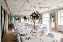 Besondere Blumenarangemets als Tischschmuck zur Hochzeit von Meisterfloristin Ganz Unverblümt Bayrischer Wald