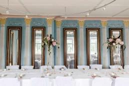 Hochzeitstischmuck natürlich abfließend auf goldenen Metallständer von Ganz Unverblümt Straubing