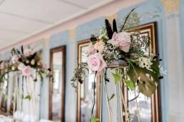 Erhöhter Tischschmuck zur Hochzeit blumig geschmückt von Ganz Unverblümt Straubing Deggendorf