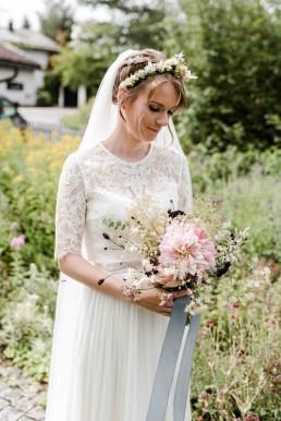 Natürliche Blüten im Hochzeitsstrauß und Haarkranz von Ganz Unverblümt Bayrischer Wald