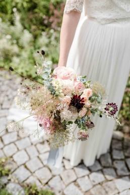 Liebevoller Brautstrauß in dezenten Tönen von Ganz Unverblümt Bayrischer Wald