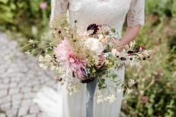 Kreativer natürlicher Brautstrauß mit zarten Blüten von Ganz Unverblümt Bayrischer Wald