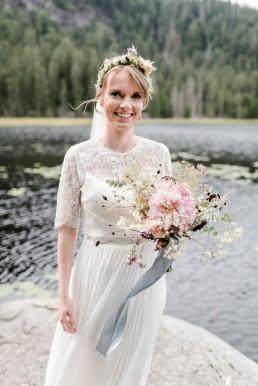 Glückliche Braut mit Kopfkranz und natürlichen Brautstrauß in zarten Farbtönenvon Ganz Unverblümt Straubing