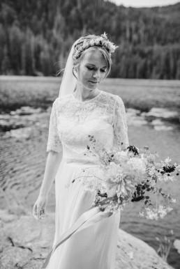 Schwarz-Weiß-Bild mit natürlich ausschwingendem Brautstrauß und Haarkranz von Ganz Unverblümt Straubing