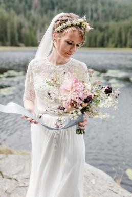 Braut mit zartem wilden Brautstrauß in dezenten Farben von Ganz Unverblümt Straubing
