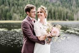Natürlich zarter Brautstrauß und passender Kopfschmuck zur Hochzeit von Franzi Ganz Unverblümt Straubing
