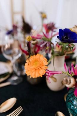Kontrastreiche floristische Vasenfüllung inszeniert von Ganz Unverblümt Straubing