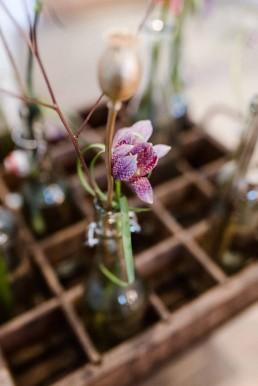 Alte Flaschen floristisch aufgepeppt mit zarten Blüten zur Hochzeitsdekoration von Ganz Unverblümt Straubing