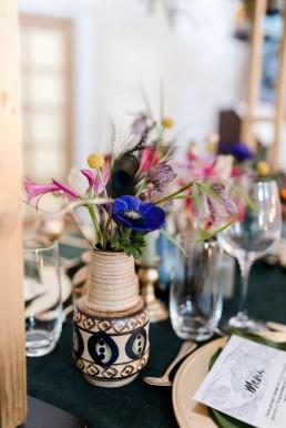 Blumige Vasenfüllungen zur Hochzeit auf dem Tisch von Ganz Unverblümt Florist Straubing