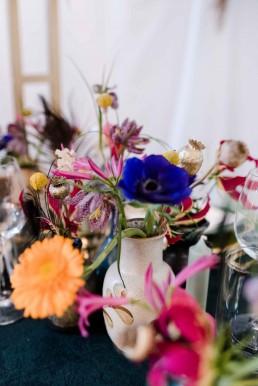 Floristische Vasenfüllungen mit bunten Blüten von Ganz Unverblümt Bayrischer Wald