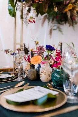 Verschiedene Vasen gefüllt mit ausgewählten Blüten von Meisterfloristin Franzi Region Bayrischer Wald
