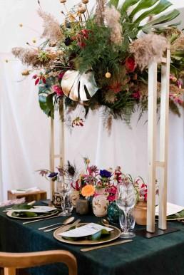 Tropische Blumen arrangiert als Tischschmuck auf Holzständer zur Hochzeit Bayrischer Wald von Ganz Unverblümt